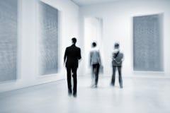Povos no centro da galeria de arte fotografia de stock