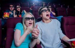 Povos no cinema que veste os vidros 3d foto de stock royalty free
