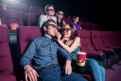 Povos no cinema que veste os vidros 3d fotos de stock royalty free