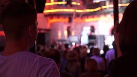 Povos no concerto de observação do salão de baile e no concerto de dança em Lviv Ucrânia video estoque