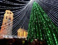 Povos no crepúsculo do mercado do Natal de Vilnius e da árvore do Xmas Imagem de Stock Royalty Free