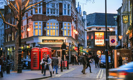 Povos no distrito de Soho em Londres no inverno fotos de stock