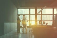 Povos no escritório cinzento do espaço aberto com armário foto de stock royalty free
