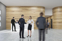 Povos no escritório com paredes de madeira Foto de Stock Royalty Free