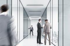Povos no escritório com paredes de vidro Fotos de Stock Royalty Free