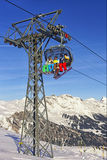 Povos no esqui e snowboards na cabine do teleférico no esporte de inverno Imagens de Stock