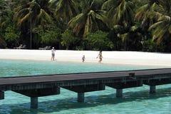 Povos no feriado na ilha do paraíso de Maldivas, ` 2011 de março Imagem de Stock