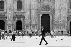 Povos no fundo da catedral do domo Imagens de Stock