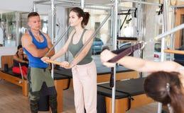 Povos no gym com equipamento moderno da aptidão Foto de Stock