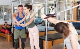 Povos no gym com equipamento moderno da aptidão Fotografia de Stock Royalty Free