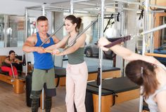 Povos no gym com equipamento moderno da aptidão Imagem de Stock