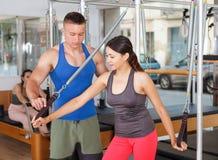 Povos no gym com equipamento moderno da aptidão Fotografia de Stock