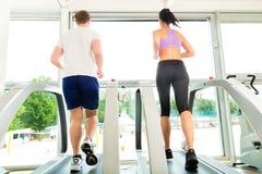 Povos no gym do esporte no corredor da escada rolante Imagem de Stock Royalty Free