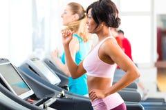 Povos no gym do esporte no corredor da escada rolante Imagens de Stock Royalty Free