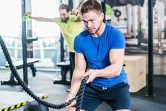 Povos no gym que faz o esporte no treinamento funcional da aptidão foto de stock