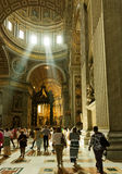 Povos no interior de Saint Peter Cathedral no Vaticano imagem de stock royalty free