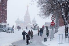 Povos no inverno e no quadrado vermelho tormentoso, o 3 de fevereiro de 2015, Moscou, Rússia Imagens de Stock