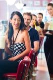 Povos no jantar americano ou restaurante com agitações de leite Fotografia de Stock Royalty Free