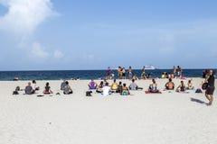 Povos no lado de mar na praia sul Imagem de Stock Royalty Free