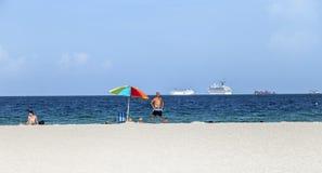 Povos no lado de mar na praia sul Imagens de Stock
