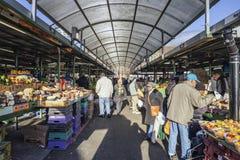 Povos no mercado da praça de touros em Birmingham, Reino Unido fotografia de stock royalty free