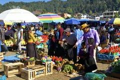 Povos no mercado de FarmerÂ, San Juan Chamula, México Imagens de Stock