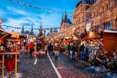 Povos no mercado do Natal no quadrado vermelho, decorado Fotografia de Stock