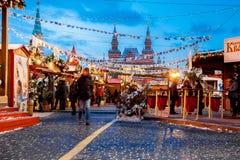 Povos no mercado do Natal no quadrado vermelho, decorado Foto de Stock Royalty Free