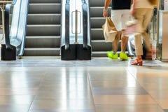 Povos no movimento da escada rolante borrados Imagens de Stock Royalty Free