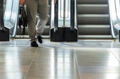 Povos no movimento da escada rolante borrados Imagens de Stock
