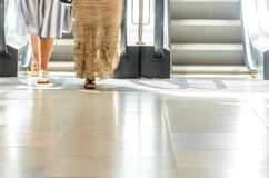 Povos no movimento da escada rolante borrados Fotografia de Stock Royalty Free