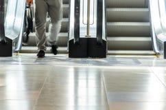 Povos no movimento da escada rolante borrados Fotos de Stock Royalty Free