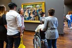 Povos no museu de arte Orsay em Paris, França fotografia de stock royalty free
