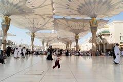 Povos no pátio da mesquita do profeta em Medina S Fotografia de Stock Royalty Free