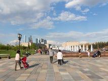 Povos no parque da vitória nos feriados de maio, Moscou Fotografia de Stock