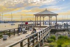 Povos no passeio à beira mar da margem de Punta del Este fotografia de stock royalty free