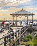 Povos no passeio à beira mar da margem de Punta del Este foto de stock royalty free