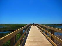 Povos no passeio à beira mar sobre um pântano de sal Imagens de Stock Royalty Free