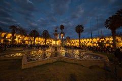 Povos no quadrado principal no crepúsculo, Arequipa, Peru Fotografia de Stock