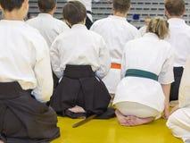 Povos no quimono no seminário de treinamento da arma das artes marciais imagens de stock royalty free