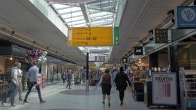 Povos no salão com lojas, Amsterdão do aeroporto vídeos de arquivo