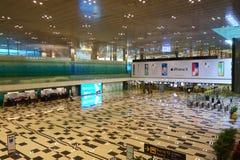 Povos no salão da chegada do aeroporto internacional de Changi fotografia de stock