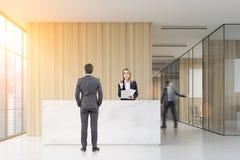 Povos no salão do escritório Imagem de Stock