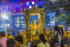 Povos no santuário famoso de Erawan em Banguecoque Foto de Stock