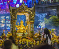 Povos no santuário famoso de Erawan em Banguecoque Fotos de Stock Royalty Free