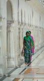 Povos no templo dourado em Amritsar, Índia Fotografia de Stock