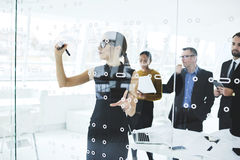 Povos no trabalho que relata sobre seu trabalho na reunião na sala de conferências Fotografia de Stock