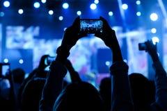Povos no vídeo do tiro do concerto fotos de stock