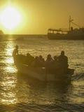 Povos nos barcos no por do sol na baía Colômbia de Taganga Fotos de Stock