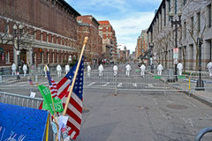 Povos nos perigoso-materiais brancos uniformes na rua de Boylston em Boston, EUA, Imagem de Stock Royalty Free